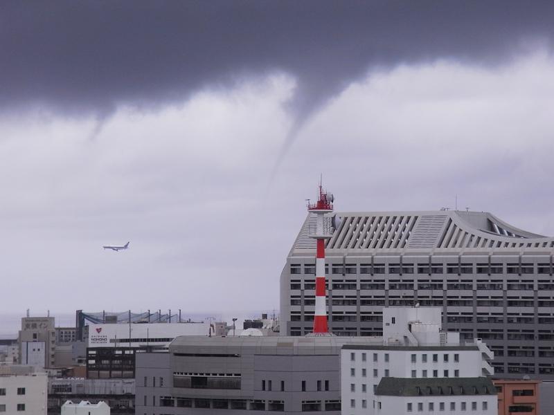 2009年に撮影された竜巻。那覇市の中心市街地に近い海上で発生した。(写真提供・沖縄気象台)