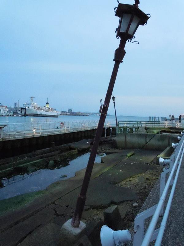 神戸港に残る震災の爪あとの展示