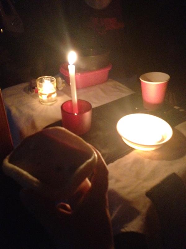 これは2012年の台風で停電したときの夕食(多分)。懐中電灯の電池を節約するため、食事はロウソクで!ちょっといい感じ!?=那覇市
