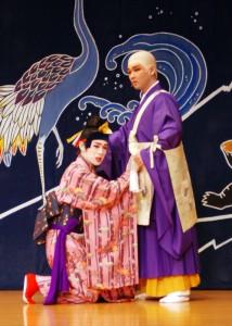 寺に駆け込んだ中城若松(左)は、座主に助けを求める
