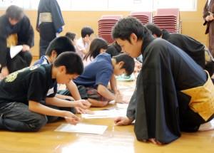 3月21日に行われた「組踊で触れるうちなーぐち」ワークショップで、子どもたちにウチナーグチや琉歌を教える子の会のメンバーたち
