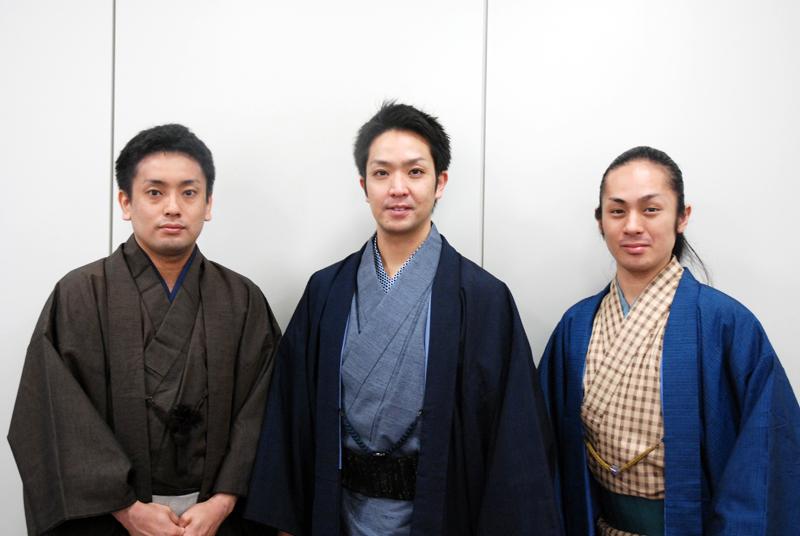 組踊について教えてくれた、(左から)入嵩西諭さん、佐辺良和さん、金城真次さん