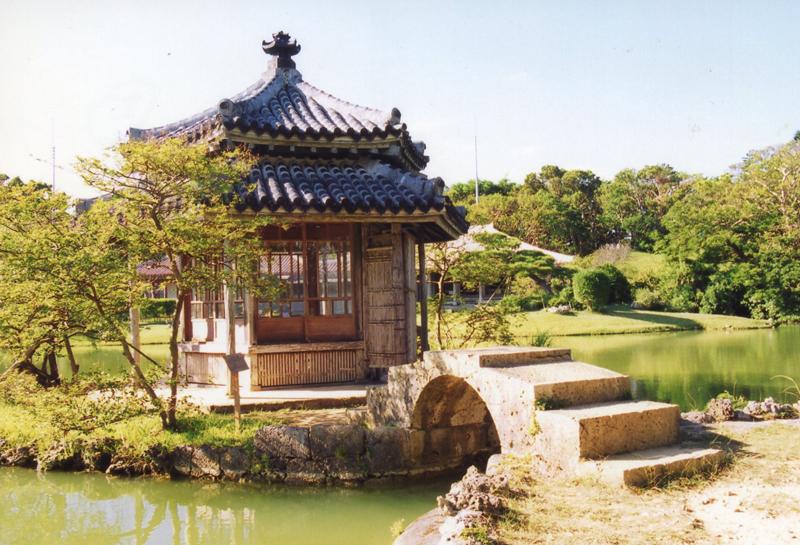 写真1/中国風な趣の六角堂。住時の国王や冊封使の憩いの場。手前は、一枚の琉球石灰岩から切り出したアーチ橋