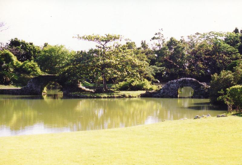 写真2/浮島に架けられた大小の石橋。右の小橋は自然石を積み上げ、左の大橋は加工石を組み上げ、扱いを変えた対比構成