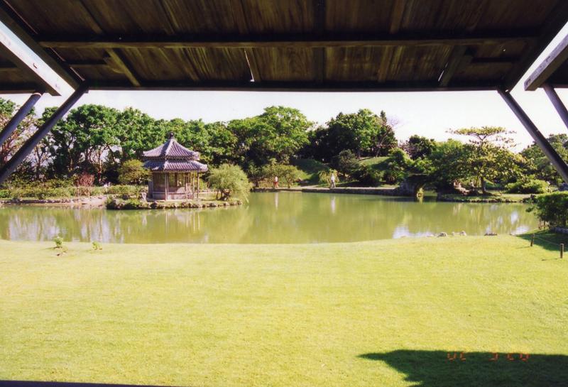 写真4/蔀戸からの眺めは一連の風景画。手前に心字池が広がり、奥は東屋が見える