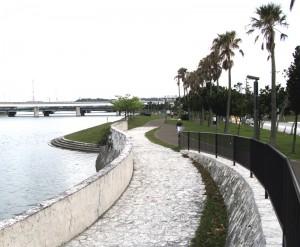 ラバーの敷かれたジョギングコースと親水空間。川面をわたる風も心地良い/写真5