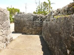 写真2/大城家の通りに面する石垣