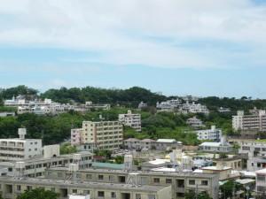写真3/国道331号から、兼城・門原集落(緑地の部分)を見る