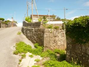 写真5/集落内は古い石垣が点在する