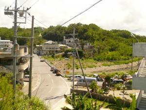 写真6/南側から見たナカミチ。うねりながら道が続いている
