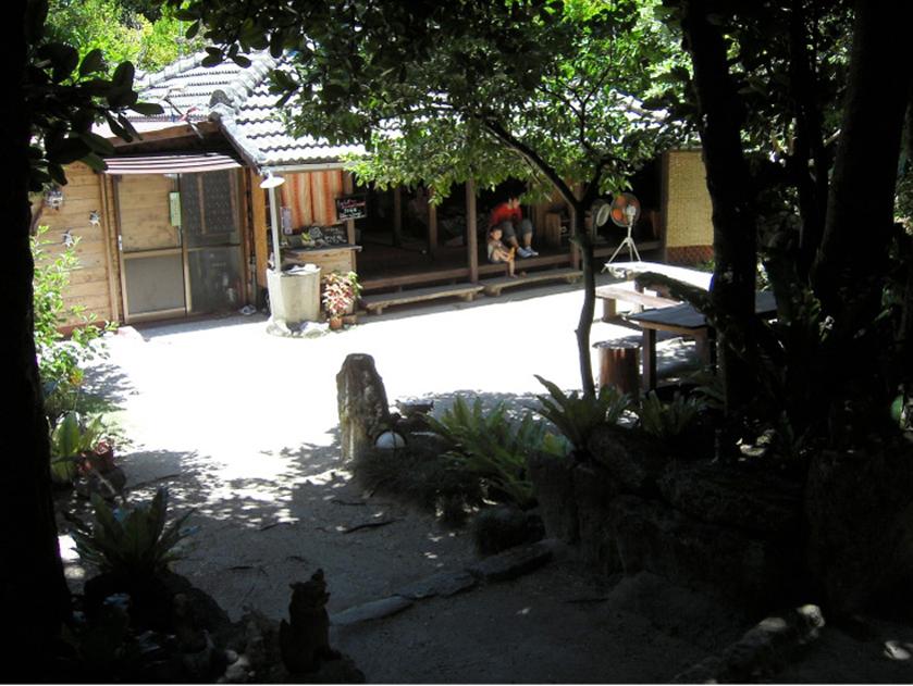 写真1/通りから見える庭先を挟んだ住戸のたたずまい