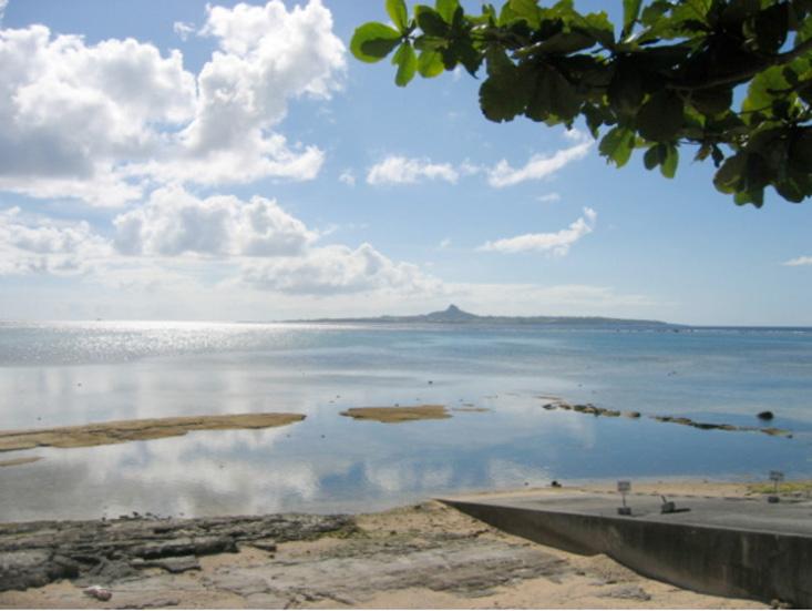 写真5/海岸線から伊江島タッチューを望む