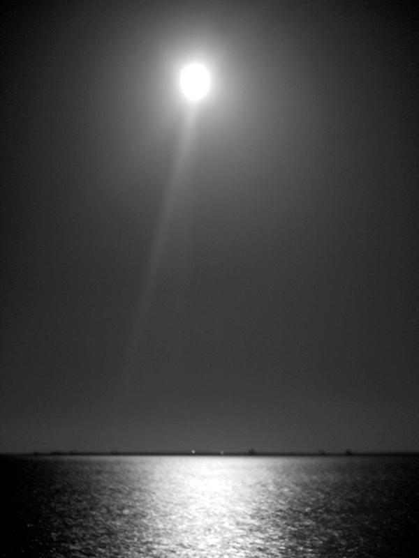 望月(満月)。旧暦の5月15日(2013年 新暦では6月23日)。チィタチ・ジュウグニチの御願日である。写真提供/むぎ社