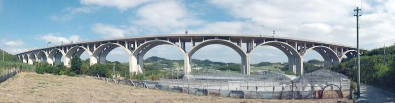 写真1/世界一の21連アーチ橋は圧巻。石造文化のアーチをモチーフとしているらしく、ロマンを感じさせる