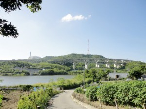 写真2/アーチ橋の下には、国場川の源流でもある南風原ダムがあり、国場川をへて東シナ海へと流れ行く