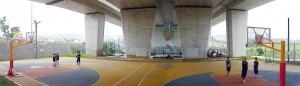 写真3/高架橋の下にある、花・水・緑の大回廊公園。バスケットボールやフットサルのコートが設けられ、若者たちの楽しむ姿が見られる