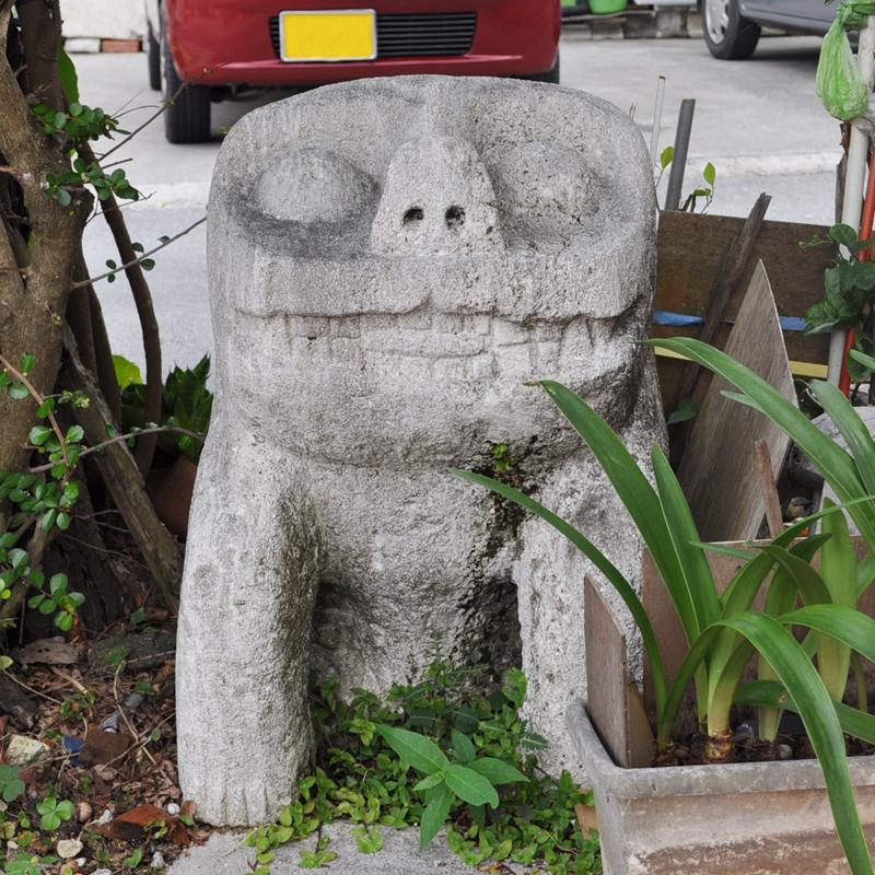 写真5/与那原町内の路地の交差点に点在する愛らしい狛犬。泡石をノミで削って造られている