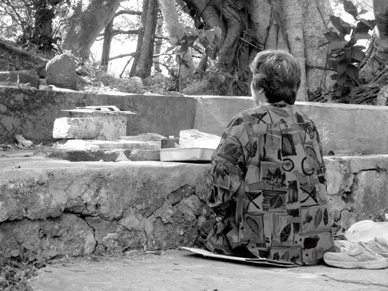 「サリー ウートートゥー」と祈るオバァの背は丸みをおびて美しい。写真提供/むぎ社