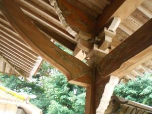 写真2/建物前面に屋根を突き出した向拝の柱は、「斗棋四方肘木組」がされている