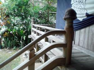 写真3/本堂を取り巻く回廊。手前にあるのが擬宝珠柱