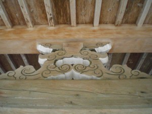 写真4/カエル股。高さが違う二つの平行した横架材の間に取りつける部材で、カエルの股に似ていることから名が付いた
