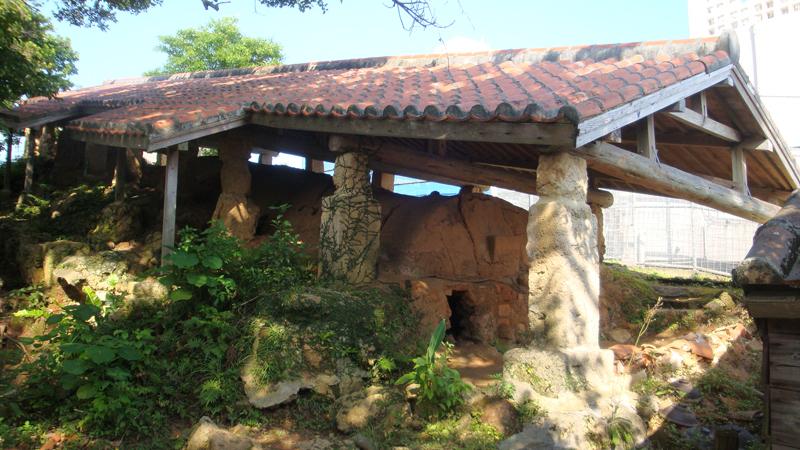 写真2/南ヌ窯の焼成部。たくましい琉球石灰岩の柱で赤瓦屋根を支えているのが分かる