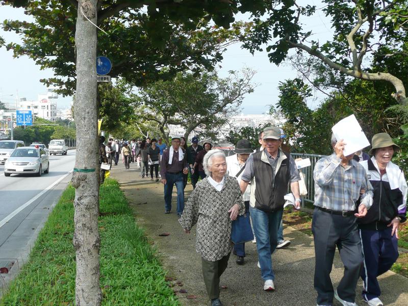 高齢者も歩いて高台を目指す伊佐地区の津波避難訓練の様子(写真提供・宜野湾市役所市民防災室)