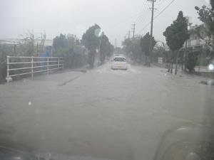 大雨により冠水した道路(2010年11月南城市・写真は読者提供)