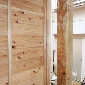 子どもの成長を残した「背比べの柱」を再利用。「年をとらない木霊」はまたさらに50年、100年と住み手を見守る(北中城村仲順)