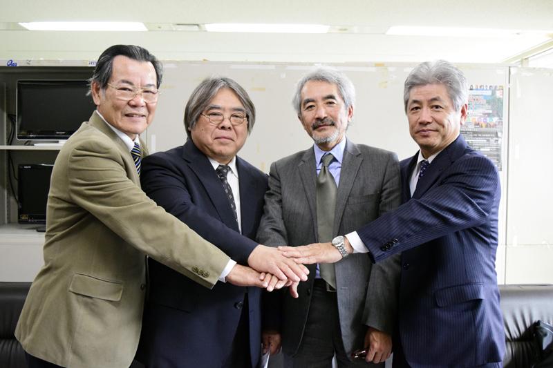 開催に向け意気込む西里実行委員長(左から2人目)ら実行委員=県庁