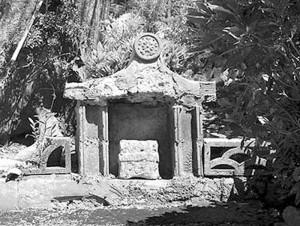 南城市大里にあるグフンジン。屋敷神を祭った祠。写真提供/むぎ社
