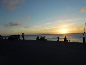 写真5/夕暮れの様子。慶良間沖に沈む美しい夕日を眺めに多くの人が訪れる