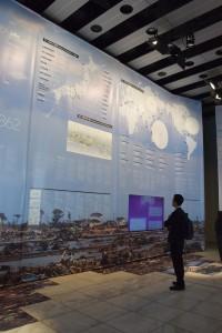壁一面に描かれた東日本大震災の客観的事実や防災の取り組みなどを紹介している=16日撮影