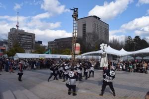 広場で行われた伝統の梯子(はしご)乗りには見物客の目は釘付けに=14日撮影