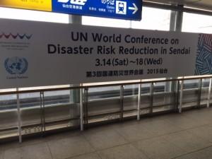 仙台空港に掲げてあった横断幕=14日撮影