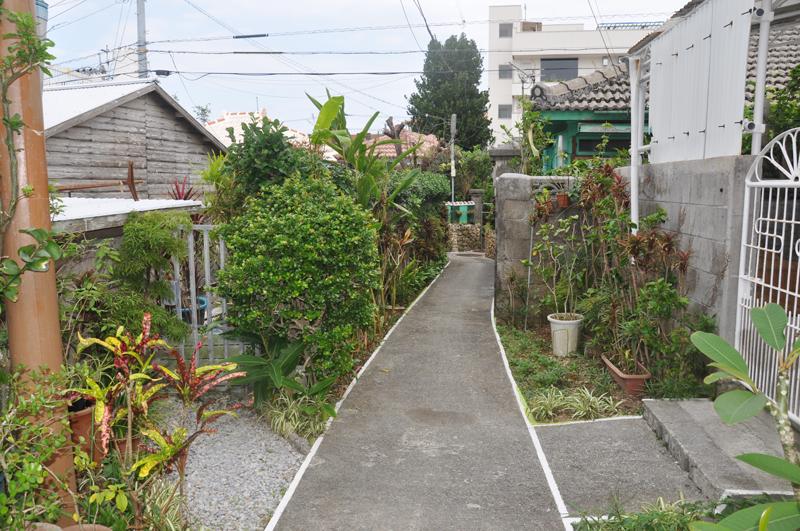 写真2 表通りから奥に入った小路。敷地の高さが小路の左右で違う