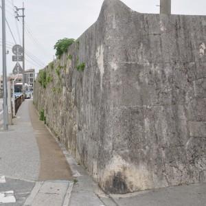 写真3 龍潭通り沿いに造られた石塀。道路側に対し曲線を描くように造られている