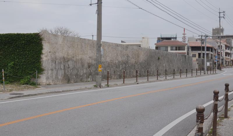 写真4 石塀を片側から見ると、あたかも終点が見えないように造られていることに気付く