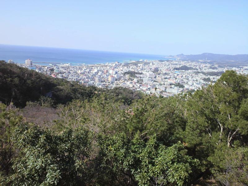 写真4 拝殿を背に見渡した名護の市街地や名護湾。嘉津宇岳の山並み(写真奥)も一望できる