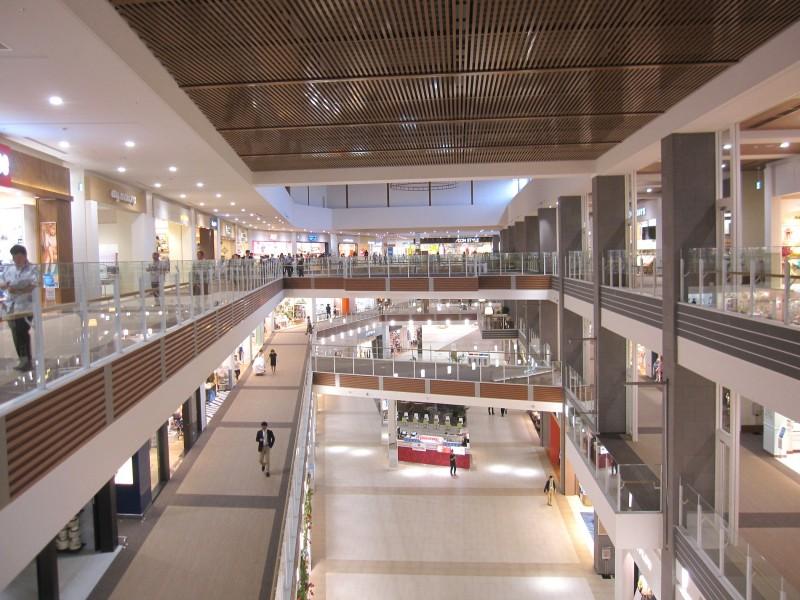 広々とした通路からは、1階から4階まで多数の店舗が見渡せる。