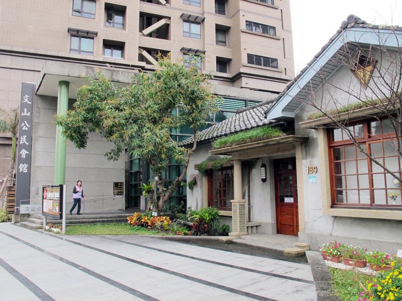 日本家屋らしき古い木造の建物。看板から、「文山公民館」と読める