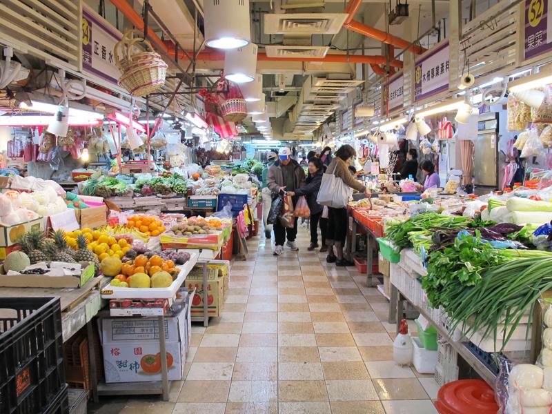 まるで沖縄!? 近くには、公設市場が広がっていた。市場の中は、那覇の公設市場と見間違うほど