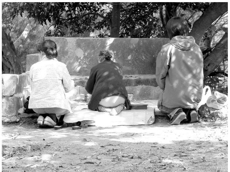 神々との対話を大切にする拝所での御願は女性が中心となる