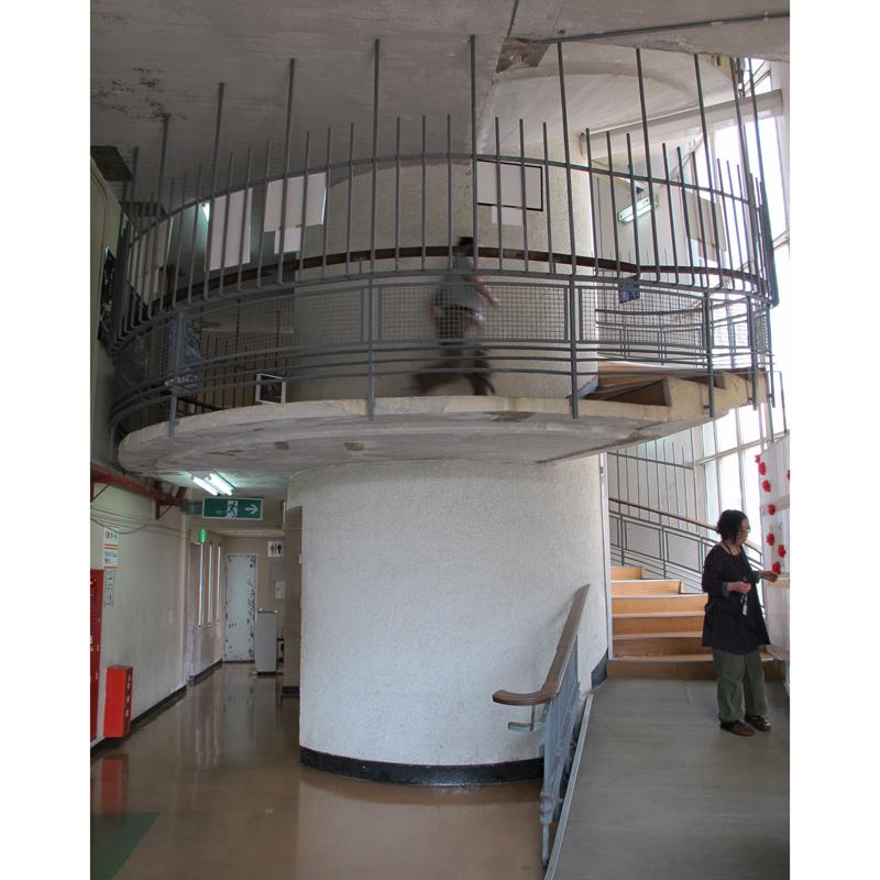 6階にあるプラネタリウム入り口の遊び心あふれるらせん階段。人が上がる様子が見える。緩やかな曲線を描くことで、歩幅の狭い子どもから大人まで、上り下りしやすくなっている
