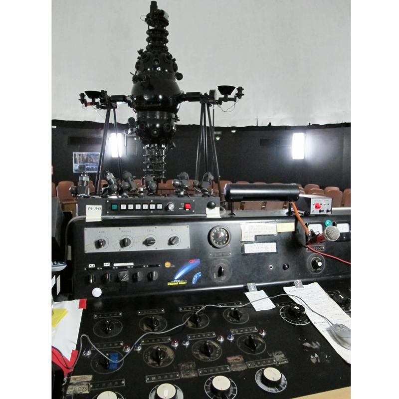プラネタリウム投影機と操作盤。手動で操作する操作盤に、重なる時間を感じる。国産のプラネタリウムとしては日本最古