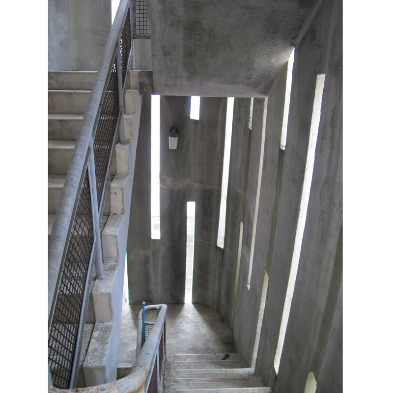 非常階段。縦長のスリットが圧迫感を無くし、壁の丸みが優しい