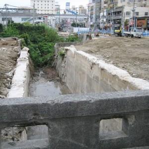 写真2.上の写真は、再開発工事でごくわずかな期間だけ姿を現した川を下流に向けて撮影したもの。橋の名前は「開平橋」。竣工年や川の名前は分からなかった。この川に関連するもので、唯一具体的な名前が判明しているもの。ここから上流へさかのぼっていくと・・・