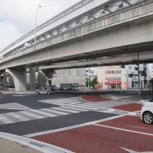 写真5.那覇市・安里十字路。交差点へ斜めに入り込む暗渠