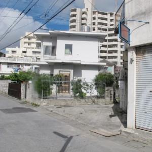 写真7.三角形に切り取られた家、敷地を切り取る側溝のような蓋