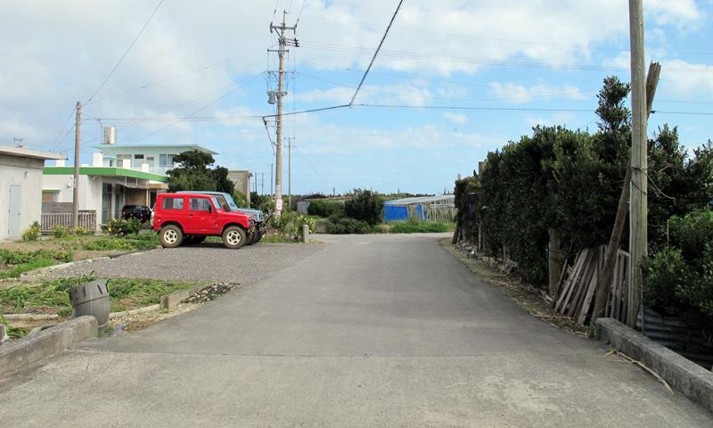 <6> 直線の道は、海の手前で畑に突き当たり、唐突に途切れている。最後まで同じ道幅を保っていた。この道の他、周囲に飛行場であった痕跡は見つからなかった